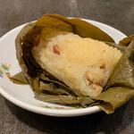 135414017 - 腸詰と干し海老のおこわ 蓮の葉包み