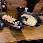 135414214 - 平日限定(岩塩ラーメン、油淋鶏丼)、薬膳焼餃子