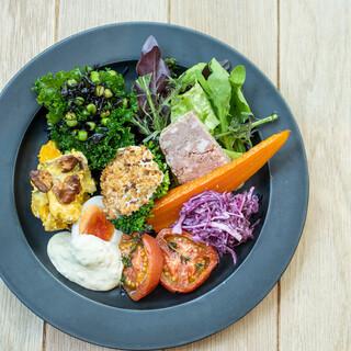 【ランチ】メイン料理に前菜&スープとパン&ドリンクバー付き