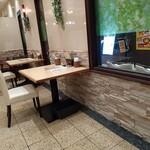 youshokukicchinshato- - 珍しい一人掛けテーブルです。カウンターよりディスタンスですね。