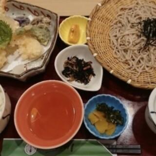 そばや、一品料理も多彩!「味噌煮込うどん」は通年ご提供。