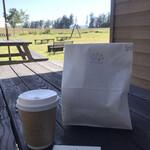 小さなパン店 リッカ ロッカ - ドリンク写真:パンとカフェラテ