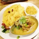 ネパールカレー 奈央屋 - ダルバートセット 900円(税込)  ターメリックライス大盛は+100円  豆カレーの他にもうひとつカレーを選べます。