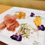 スタンド 四坪 - チーズ盛り合わせ※スモークプロシュート切れにつきハモンセラーノで