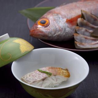 厳選素材の風味が口いっぱいに広がる弁慶名物「のど黒蒸し寿司」