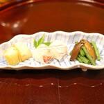 135473874 - 前菜  右から隠元と冬子椎茸の黒胡麻和え、鯛のひと口鮨 木の芽添え、白烏賊の細造りと余市産蒸し赤雲丹の白板昆布巻き