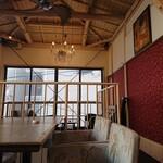 """宇田川カフェ""""Suite"""" - 階段上のソファー席。"""