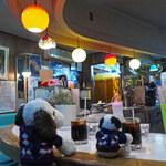 白泉堂 - 喫茶店に入ると、これまた昭和で時間が止まったような店内。 U字型のカウンター席、惑星のような照明、エメラルドグリーンの 椅子がすごくいい感じ。レトロ喫茶好きにはたまりませ~ん!
