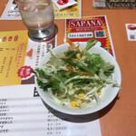 Cafe&kitchen オリエンタルSAPANA - ドレッシングどっさりかかったサラダ