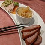 135483709 - 三種前菜盛り合わせ                       《蒸し鶏の冷菜/直火焼きチャーシュー/くらげ》