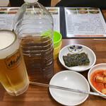 食堂ユリ - ペットボトルの烏龍茶は各テーブルに出してもらえます。