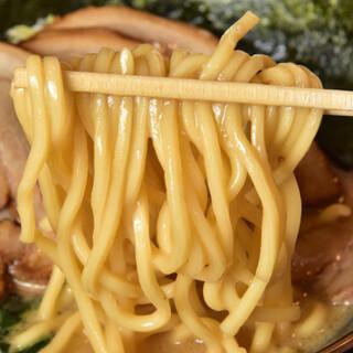 濃厚スープを絡めあげる、オリジナルのもちもち麺を召し上がれ