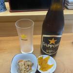 135523572 - カウンター席に座って…とりあえず瓶ビールと                                              予習してきた『カミナリ丼』マグロ、山芋、ネギトロ                                               温泉玉子 注文して、飲みながら待つ