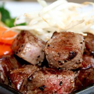 イチオシ「石垣牛サイコロ鉄板ステーキ」など多彩な料理メニュー