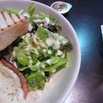 タウンスクエア コーヒー ロースターズ - トーストには少しですが野菜のみを使ったミニサラダも添えられてます。
