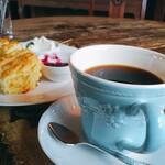 135553538 - ふつうの2倍以上ある大きなカップでコーヒー