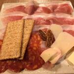 炭火焼赤身肉とクラフトビール ヴァベーネ - Va bene(生ハム、サラミ、チーズの盛り合わせ)