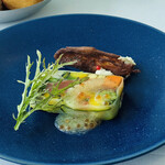135579534 - 静岡県産富士鱒の軽い燻製 セルヴィルドカニュ トマトのジュレのテリーヌ 山葵のアクセント