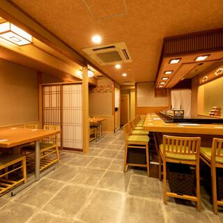 【広々としたお席】カウンター、テーブル、座敷でご案内できます