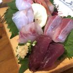 やまよこ鮮魚店 - 本日の刺身盛り合わせ。これは2人前