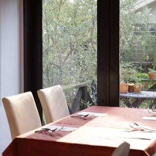 白を基調とした、トスカーナ地方のレストランを彷彿させる空間