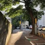 アートカフェ栄 - 駐車場の奥に入口が見えます