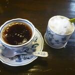 絶品パスタ  俺の味 - 左:シャーベット状、これがホントのアイスコーヒー 右:抹茶&バニラアイス小倉かき氷
