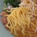 山岡家 - 麺アップ。ムッチリ感のある麺。