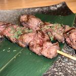 肉巻き野菜串と屋台ぎょうざの居酒屋 びすじろう - 牛赤身串       ¥250-×2