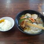 カネダイ - 料理写真:ワンタンメンとサービスの小ライス