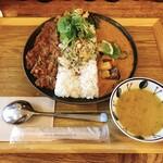 アオヤギ食堂 - あいがけカレー 1100円 温玉・スパイスおかず・豆スープ付