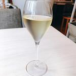 135651540 - 白ワイン♪ ランチにつくドリンクはワインもあり!