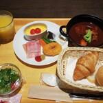 135666925 - コロナ禍の朝食。バイキングが廃止され、牛タンシチューをメインとした洋定食になっていました。