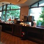135666927 - 窓が広く、開放的な朝食会場。