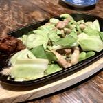 昭和レトロ酒場 倉吉 - ○豚とキャベツの辛味噌鉄板様(700円)※びっ○り亭パクリww