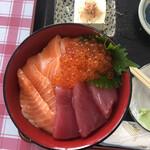 漁師の海鮮丼 - Cは、マグロ、サーモン、イクラの三色。