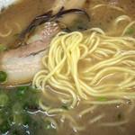 田の久 - かなりパンチの効いたスープにガツンと! 麺は細めのちゃんぽん麺みたいな感じです。