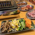 焼肉 食肉卸 卸や 肉八 - ナムル盛り
