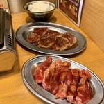 焼肉 食肉卸 卸や 肉八 - 更におかわり   手前からロース、ハラミ