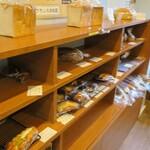ブーランジェリー ラ ヴィ ブリヤント - 料理写真:パン棚の様子。