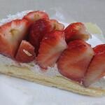 キル フェ ボン - 特選ホワイトチョコクリームと静岡県産紅ほっぺのタルト。甘くてジューシーな紅ほっぺが堪能できる。