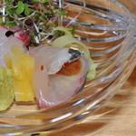菊乃井 - 鯛の刺身と、シマアジのジュレ巻き。黄ニラ