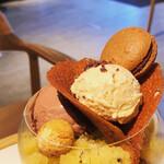 135730351 - ビーントゥーバー グラスパフェ、トップの小菓子&アイスたち。