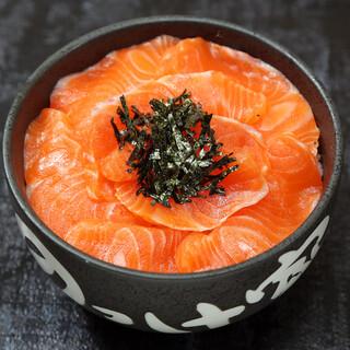 上品な甘みが絶妙!「紅富士サーモン丼」をご堪能ください
