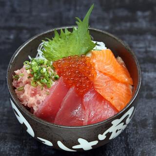 多彩な鮮魚を楽しめる海鮮丼で、贅沢なひと時をどうぞ!