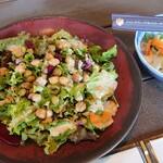 和食処 田舎家 - (サービスの)サラダと漬物