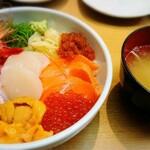 小樽ポセイ丼 - ポセイ丼(並盛¥2200、カニ2倍乗せ)。 うに丼を除くと1番高いメニューですが人気のメニューの一つです。