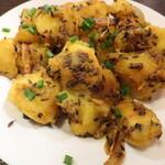 """パフナ - アルジーラ """"Aloo Jeera""""「クミン、ガーリックなどで炒めたジャガイモのおつまみ。ネパール料理の不可欠一品!」※メニュー表記通り,クミン多め"""