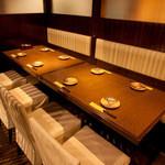 木村屋本店 - 16名様用個室(テーブル)。のれんで仕切って4,8,12名用として利用可。