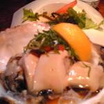 13575635 - 岩牡蠣 すっごく大きい 3つに切られてるので食べやすい♪